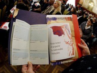 femme-vient-obtenir-citoyennete-francaise.jpg