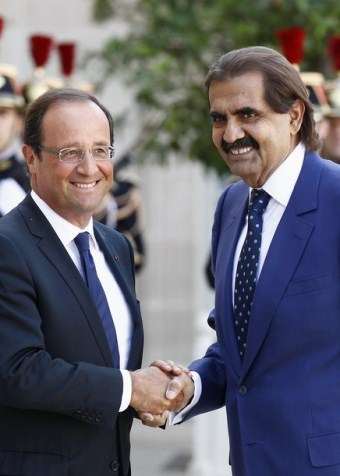 France's President Francois Hollande (L) welcomes Emir of Qatar Sheikh Hamad bin Khalifa al-Thani as he arrives for a meeting at the Elysee Palace in Paris August 22, 2012.  REUTERS/Jacky Naegelen  (FRANCE - Tags: POLITICS)