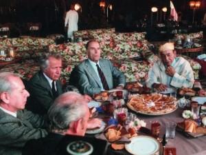 Jean Daniel (à gauche), avec Mitterrand et Hassan II, en train de découvrir un islam gustatif, en attendant l'islam poétique