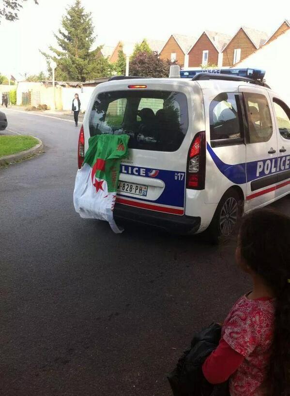 Drapeau-algerien-sur-voiture-police