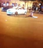 Capture d'une vidéo montrant un rodéo avec au milieu un homme faisant sa prière sur son tapis