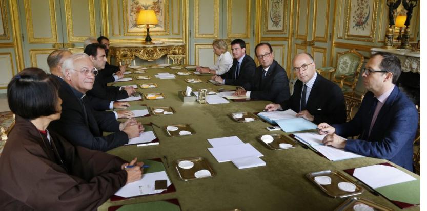 Hollande et Valls, sans vergogne, quémandent l'aide des religions (Elysée 21-7-17)