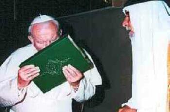 Jean Paul 2 embrassant le Coran