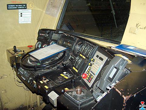 Le tableau de bord d'une motrice type en usage à la SNCF