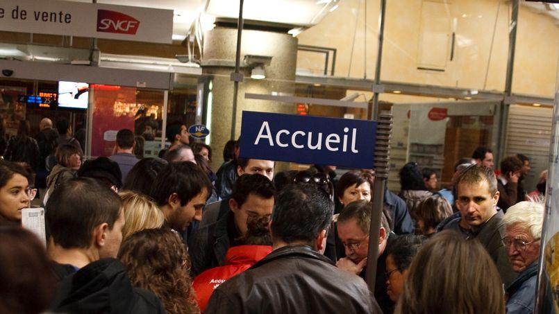 Dans les gares, les guiches accueil et réservations sont souvent submergés par les usagers mécontents