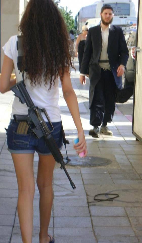 Pour se protéger des islamistes intégristes et des terroristes, Israël a armé sa population civile. Ici, la priorité demeure la sécurité des citoyens.