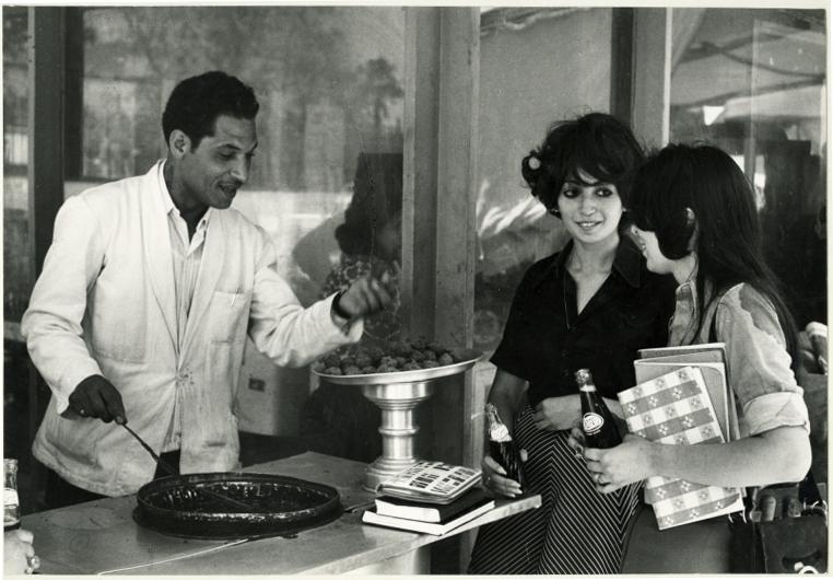 Les Egyptiennes des années 60. Ici à la cafeteria de l'université du Caire
