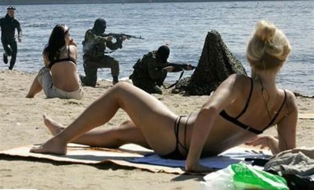 Militaires_avec_des_armes_sur_la_plage_
