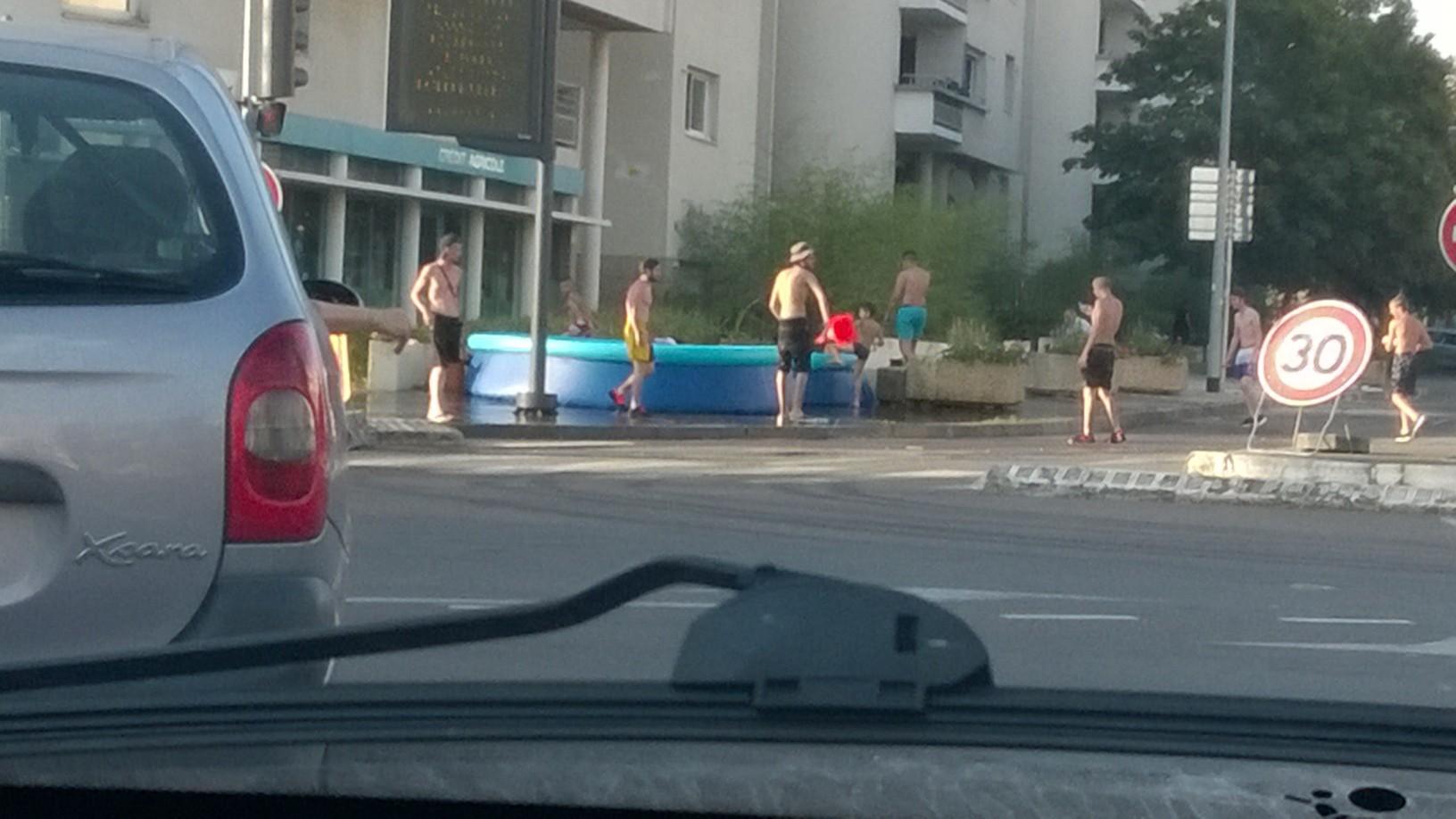 Dijon ils installent leur piscine sur le trottoir pour for Piscine olympique dijon