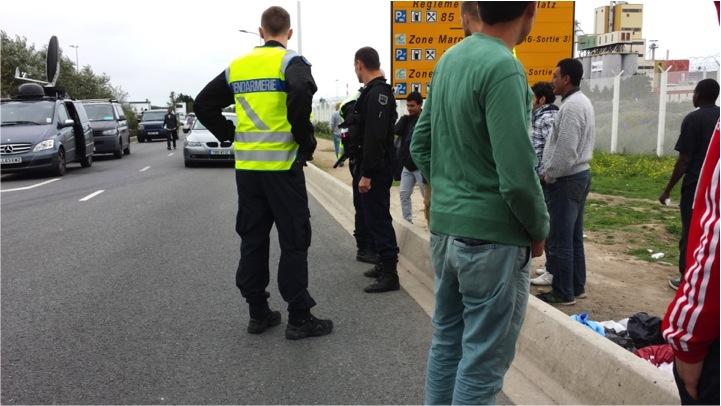 Une minuscule poignée de policiers se tiennent aux abords de la jungle mais n'y pénètrent pas. En cas de problème, ils ne peuvent rien faire, ils sont trop peu et ont des ordres….