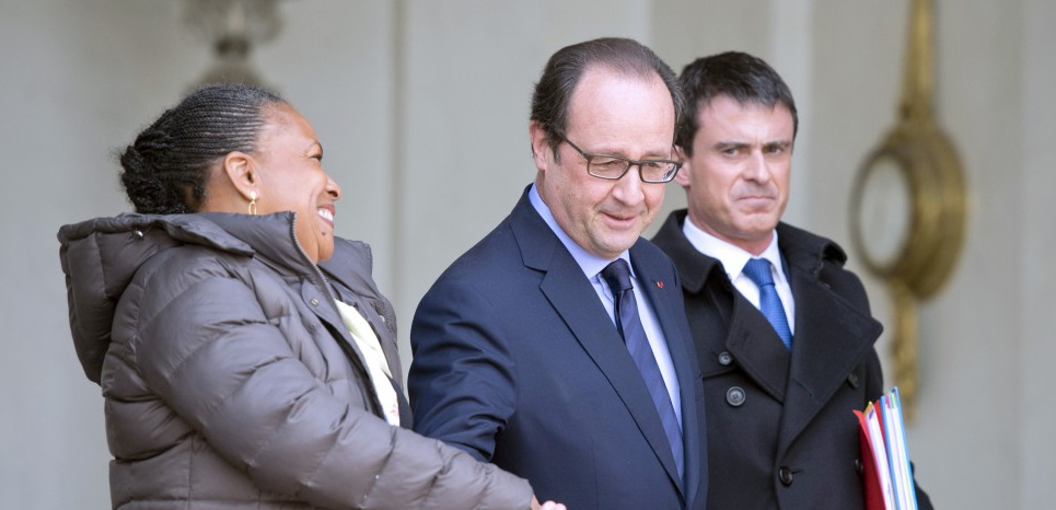 French president Francois Hollande (C) escorts French Justice minister Christiane Taubira (L) and French Prime Minister Manuel Valls, after the weekly cabinet meeting at the Elysee presidential palace on March 11, 2015, in Paris. AFP PHOTO / ALAIN JOCARD