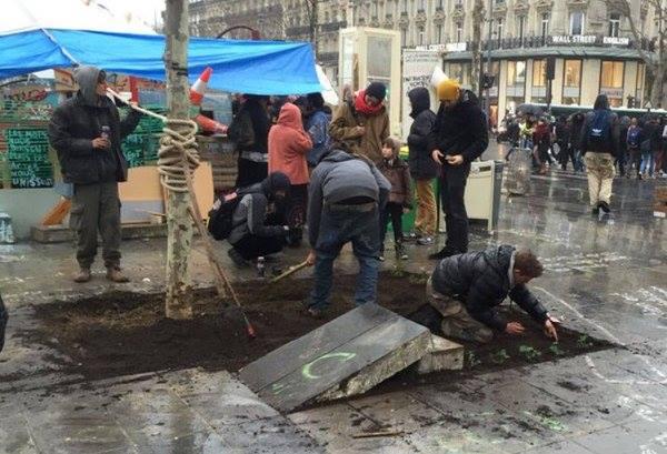 Dépavage par les Kévin de la place de la République rénovée en 2013 pour 24 millions d'euros...