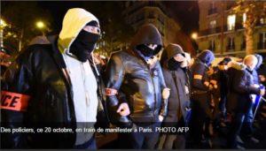 Policiers manifestant à Paris le 20/10/2016 (AFP)