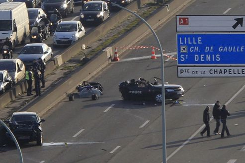 French crime scene police stand near the accident where two anti-crime brigade police died in a high speed chase, and injured a third, on the Paris ring road February 21, 2013. REUTERS/Gonzalo Fuentes (FRANCE - Tags: CRIME LAW)