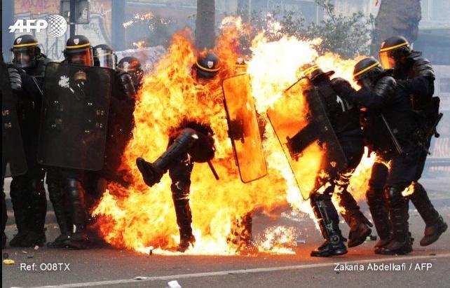 1er mai : les antifas brûlent des policiers en plein État d'urgence
