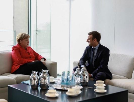 Plus l'Europe coule, plus le tandem infernal Macron-Merkel réclame des migrants !