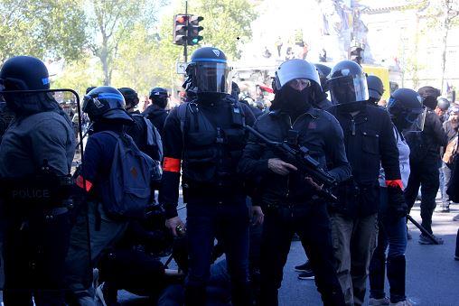 La mission mondialiste de Macron-Castaner: ils ont un peuple à mater