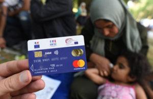 Des migrants se plaignent de leur nouvelle carte bancaire