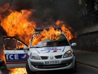 Voiture-de-police-incendiee.jpg