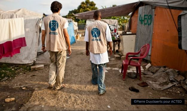 Rentrez chez vous, les humanitaires!