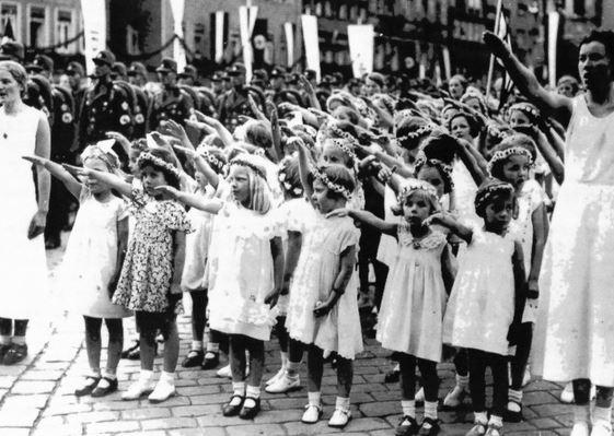 Covid-19 : Merkel veut séparer les enfants de leur famille… comme Hitler !