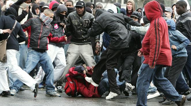 Les policiers se font lyncher, mais ce sont les bâchées qui couinent