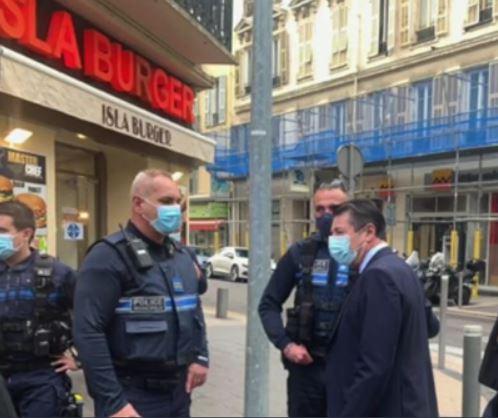 Nice : le dhimmi Estrosi se fait photographier devant un islaburger !