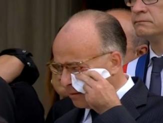 cazeneuve-en-larmes.png