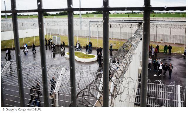 Promenade d'une heure par jour : comme dans la cour de la prison !