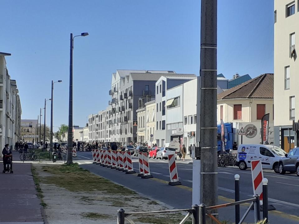 """Manif à Bordeaux : des punks à chiens veulent la réouverture du """"Volcan"""""""