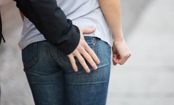 Feu sur Zemmour : après le baiser volé, la main sous la jupe…
