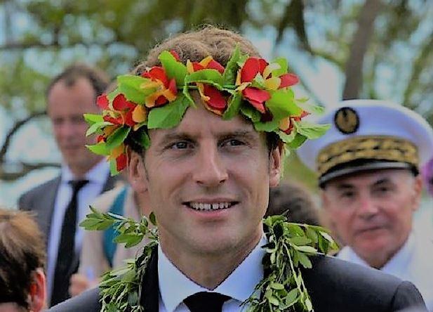 Des Polynésiens ont affublé Macron d'une couronne réservée aux homos
