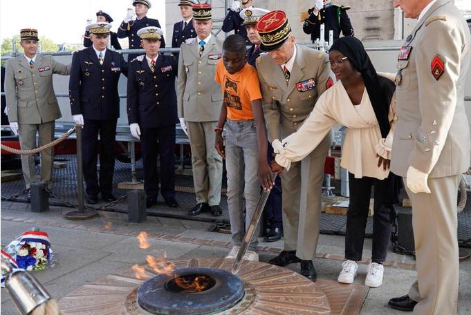 Scandale : une voilée ranime la flamme de l'Arc de Triomphe !