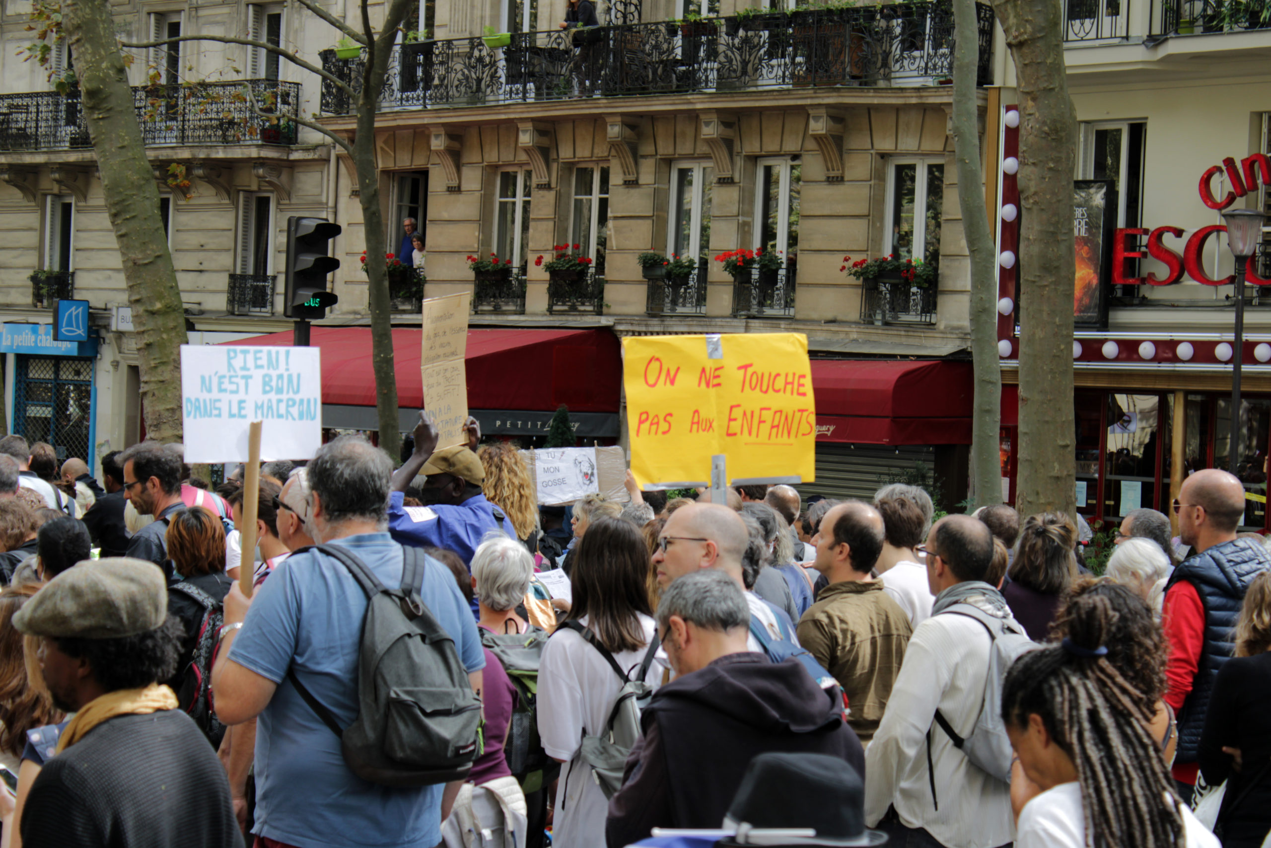 Manif parisienne : j'ai vu des policiers interdire des drapeaux français !